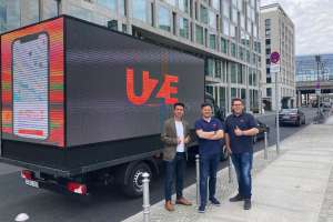 Vor dem LED Truck (v.l): Robert Krumme (CEO LED Motion), Dr. Dr.-Ing. Alexander N. Jablovski (CEO/Co-Founder UZE Mobility), Sebastian Thelen (CIO/Co-Founder UZE Mobility), Bild: LED Motion