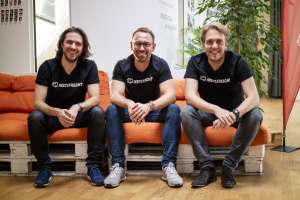 Gut lachen: Die Führungsmannschaft von InstaFreight mit Markus J. Doetsch, Chief Technology Officer, Philipp Ortwein, Co-Founder und Managing Director, und Maximilian Schaefer, Co-Founder und Managing Director (v.r.n.l). | Foto: InstaFreight