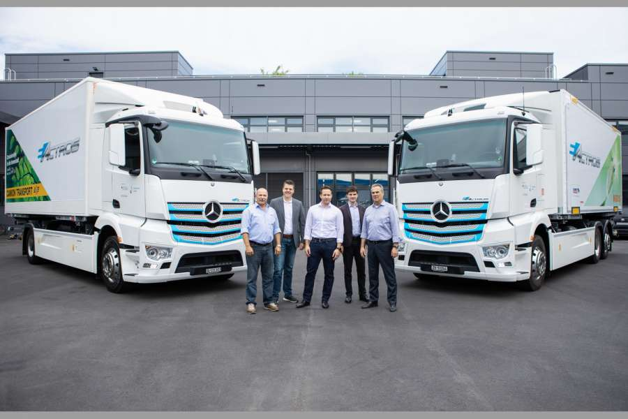 Bei der eActros-Übergabe in der Schweiz (v.l.n.r.): Josef Jäger, Direktor Camion Transport AG; Wolfgang Schaupp, Marketing Mercedes-Benz Trucks, Market Intelligence, Daimler AG; Marco Grob, Leiter Logistik Transport, Genossenschaft Migros Zürich; Dalibor Dudic, Program Management e-mobility Trucks, Daimler AG; Jürg Lüthi, CEO Mercedes-Benz Trucks Schweiz AG | Foto: Daimler AG