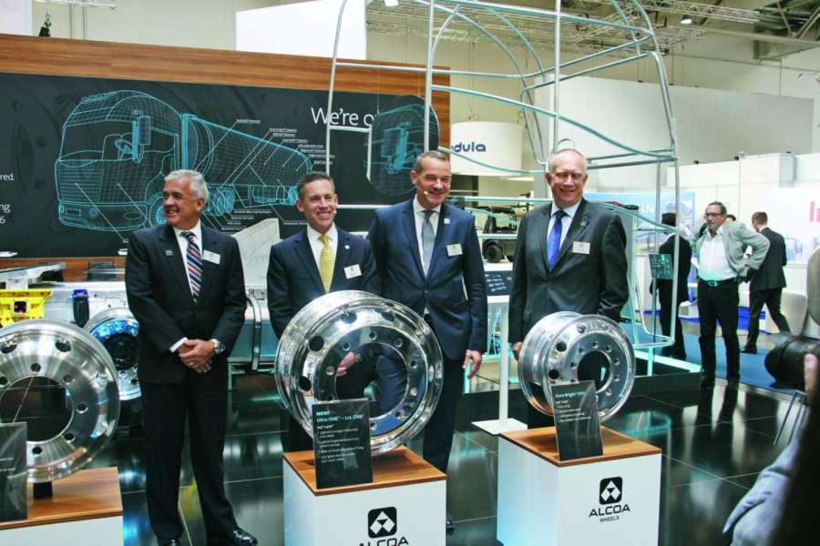 Enthüllten die Räder-Neuheiten (v.l.n.r.) auf der IAA: Tim Meyers, Group President Alcoa Transport and Construction Solutions; Merrick Murphy, President Alcoa Wheel and Transportation Products; Bernd Schäfer, Vice President Commercial Alcoa Global Rolled Products BCI, und Randall Scheps, Vice President Alcoa Wheels Europe Middle East and Africa. | Foto: HUSS Verlag