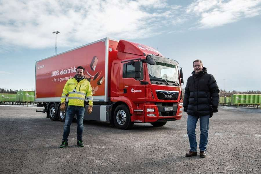 Übergabe mit Abstand: Hans-Øyvind Ryen, Executive Vice President Operations Norway, Posten Norge Group (links) und MAN Truck & Bus Sales Manager Norway Lars B. Sand in Oslo. | Foto: MAN