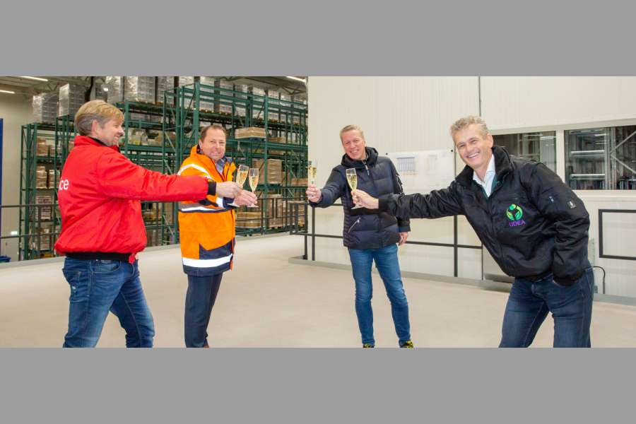 Von links nach rechts: Erik-Jan van den Brink, Director Udea, Karel Hoogenboom, Sales Manager Warehousing Vanderlande, Terry Verkuijlen, Executive Vice President Warehousing and Parcel und Erik Does, General Manager Udea. (Foto: Vanderlande)