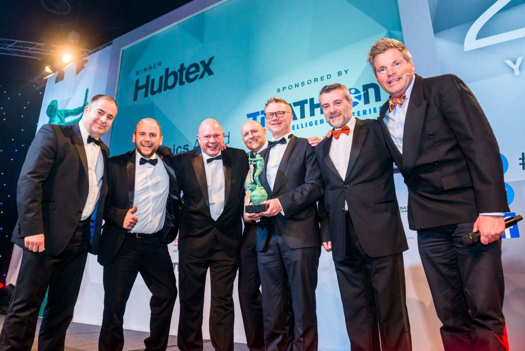 Hubtex-Geschäftsführer Hans-Joachim Finger (3.v.r.) erhält den FLTA Award 2019 im Rahmen der Verleihung der Fork Lift Truck Association. Hier das Siegerfoto des Hubtex-Teams in Telford (UK). | Bild: Hubtex