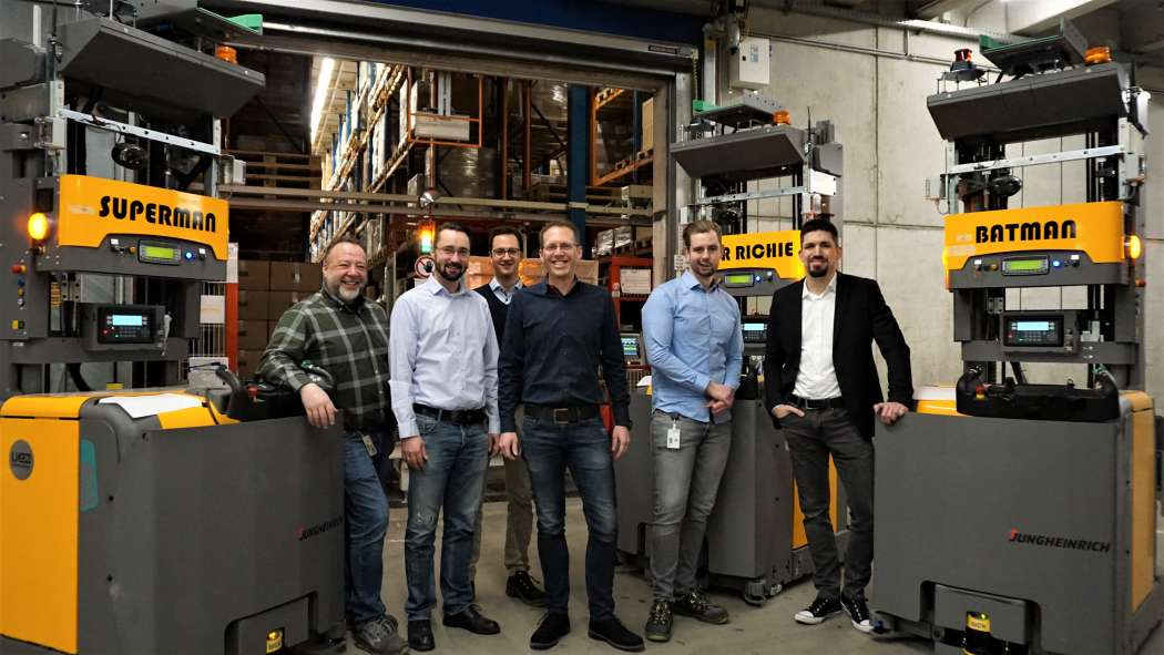 (v.l.) Bei Arvato in Harsewinkel: Klaus Ochs (Haustechnik), Matthias Anderson und Martin Döltgen (beide Logistics Engineering), Fabian Generotzky (Director Operations), Erich Berg (Projektleiter) und Kai Lienemann (IT). | Bild: Jungheinrich